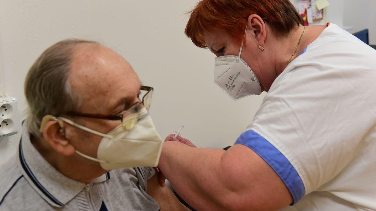 Poslanci se do vyšetřování čachrů při očkování nehrnou
