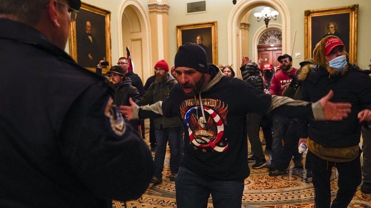 V USA se přiznal první člověk k napadení policisty při nepokojích v Kongresu