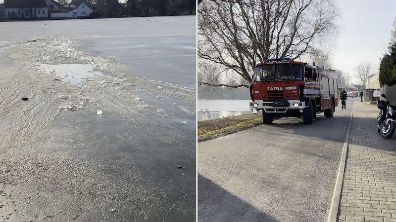 Děti ráno bruslily na zamrzlém rybníku u Prahy, odpoledne se do něj propadl muž