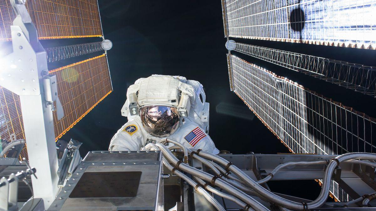 Astronauti na oběžné dráze opět vyšli ven. Připravují ISS na nové solární panely