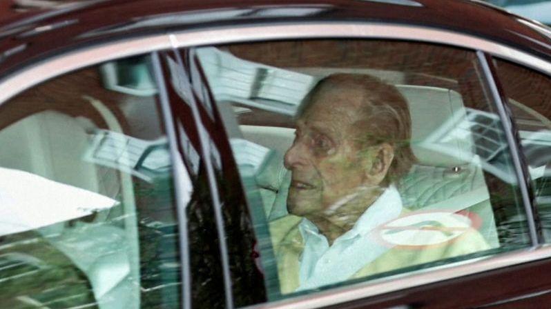 Princ Philip po měsíci opustil nemocnici
