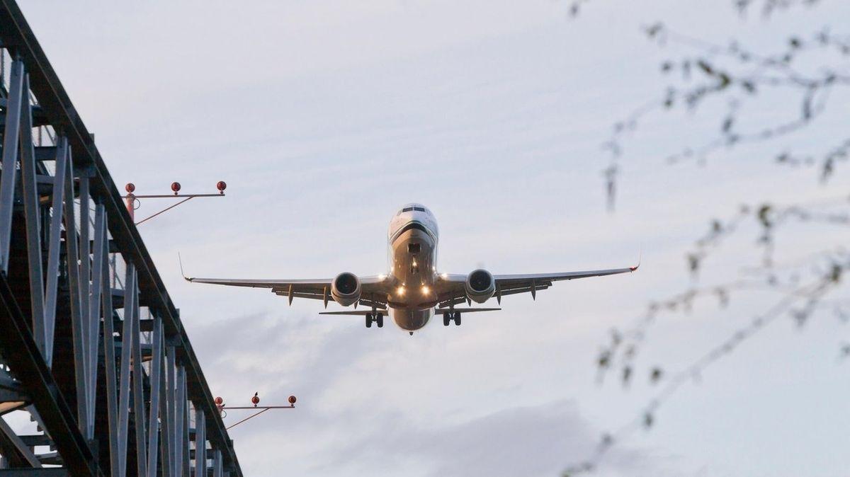 V letadle odmítl roušku a pomočil sedadlo. Mladému muži hrozí obří trest