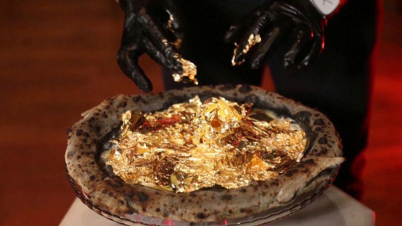 Nejdražší pizza v Africe stojí jako 40 normálních. Zdobí ji plátky zlata