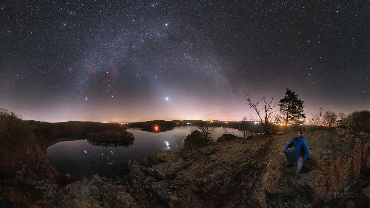 Na noční obloze svítí zvířetníkové světlo. Smog i počasí však ne vždy podívanou umožní
