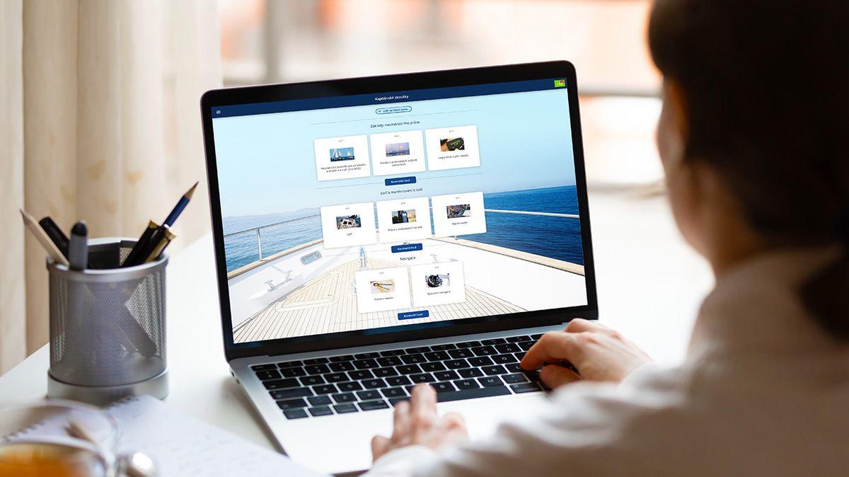 Řidičák či zbrojní průkaz přes internet. Online vzdělávání není jen pro školáky, zájem mají idospělí