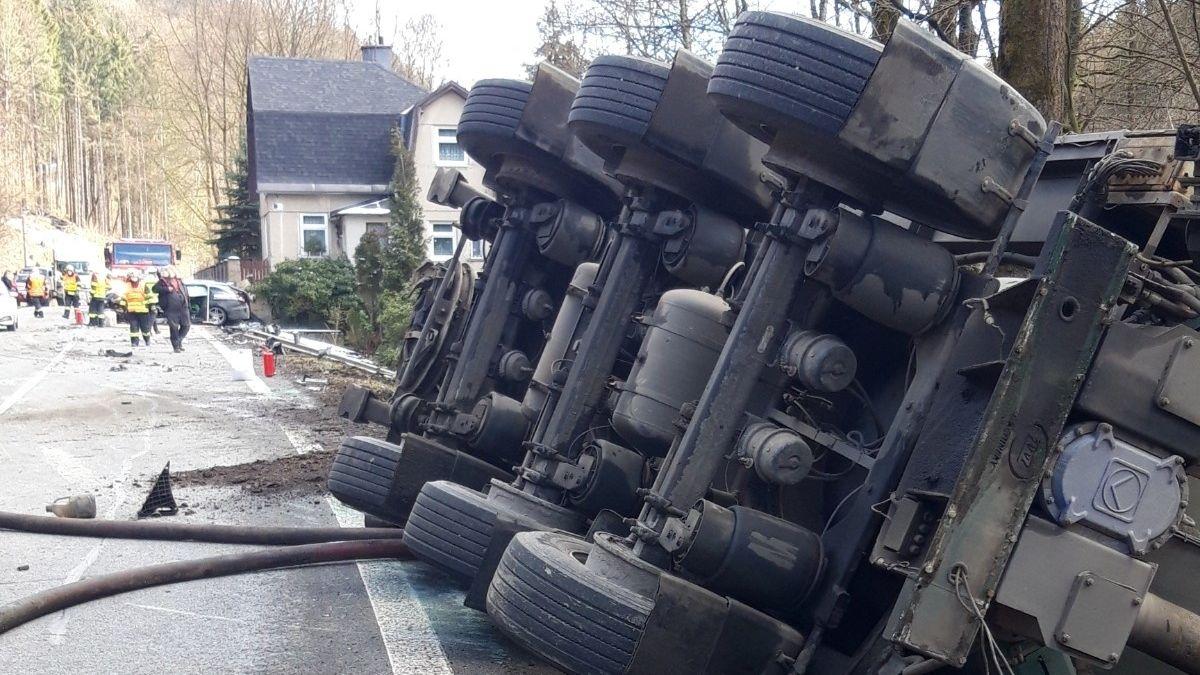 Srážka osobního auta a cisterny s močůvkou uzavřela horskou silnici na Jablonecku