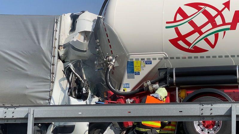 Dodávka na D8 narazila do cisterny: Uzavřená dálnice, záchranka poslala vrtulník