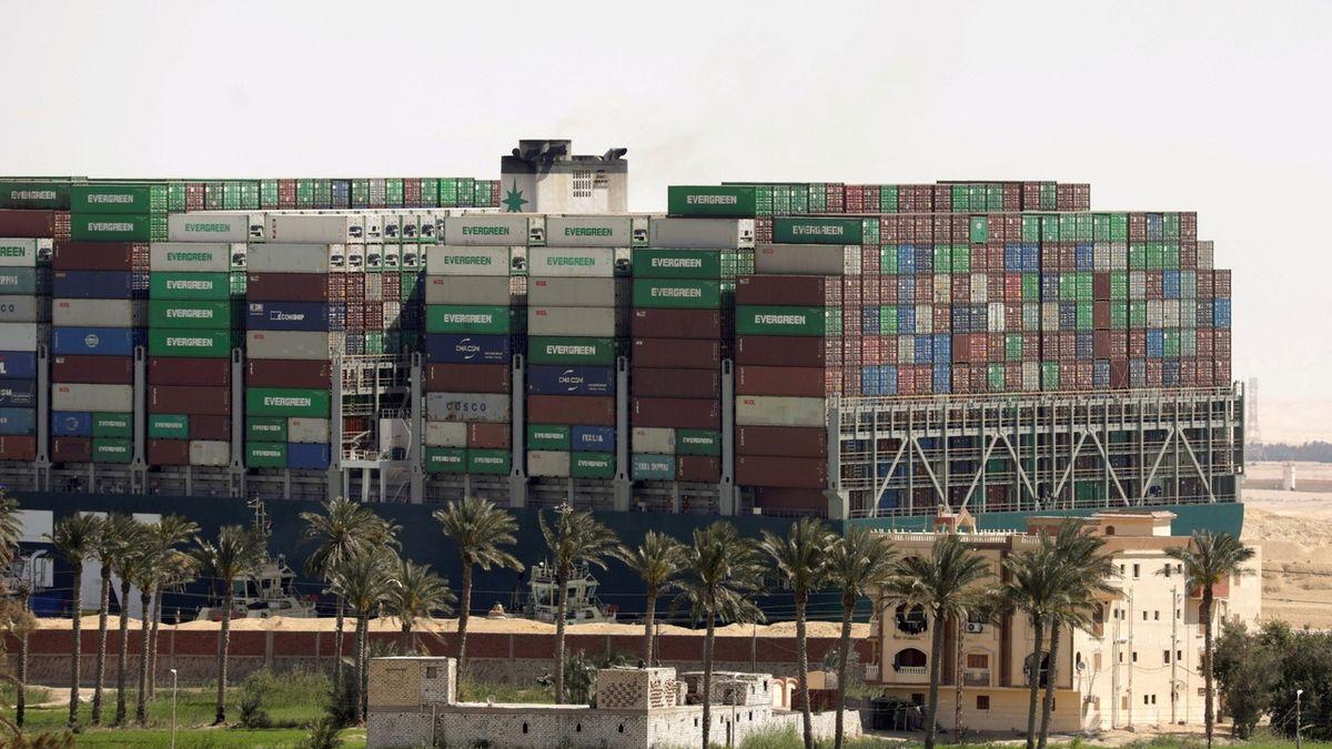 Uhraďte miliardu dolarů, jinak neodjedete. Egypt zadržel loď, která zablokovala Suez