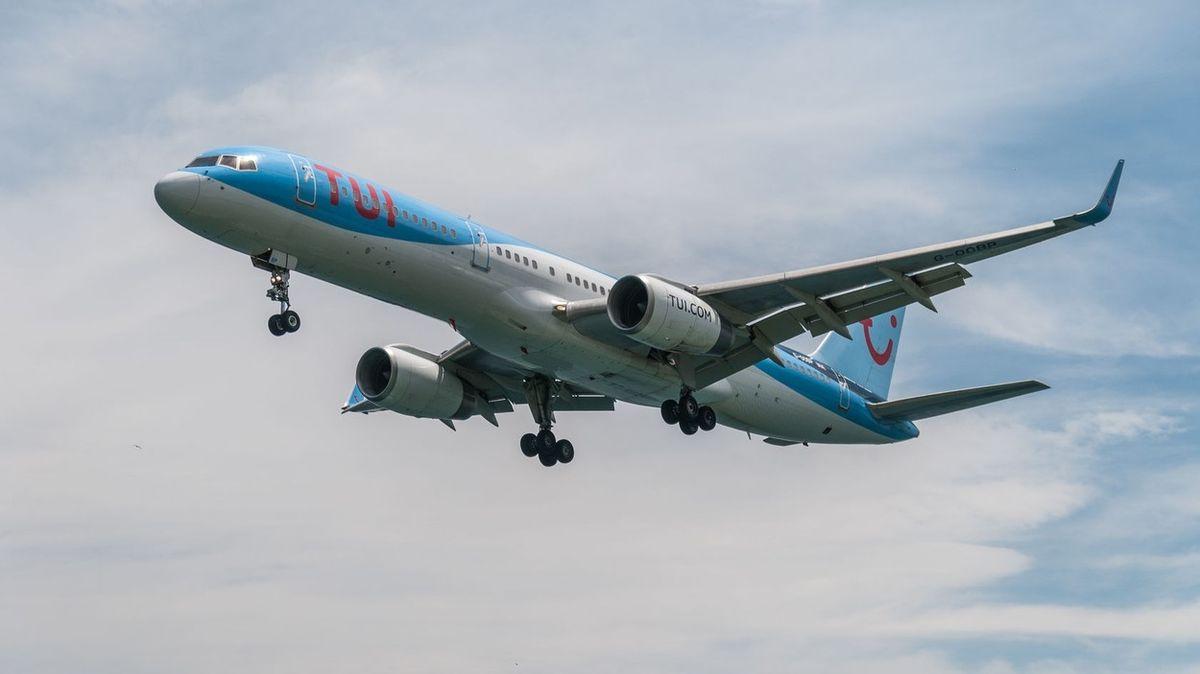 Pasažéři přetížili letadlo o 1200 kilogramů. Systém spočetl slečny jako děti