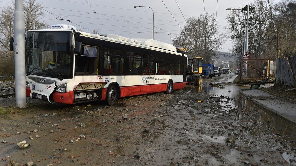 Havárie vody v Brně poničila tramvajovou trať, boural autobus