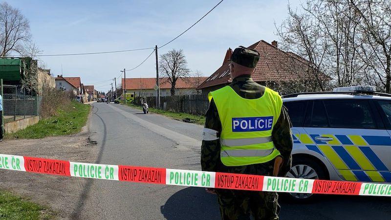 Policistu na Mělnicku srazil motorkář. Má zlomené obě nohy
