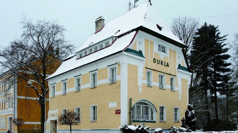 Vila s ordinací doktora Hermanna Riesera má fasádu zdobenou ve stylu geometrické secese