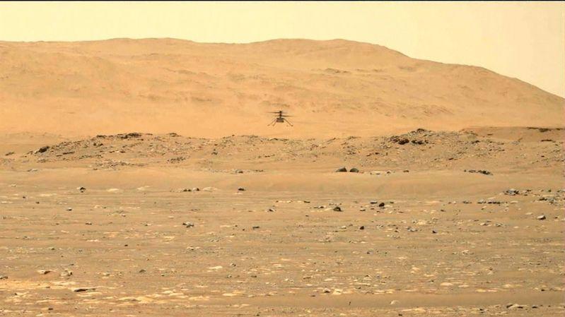 Po potížích při šestém letu zvládl vrtulníček na Marsu sedmý pokus bez problémů