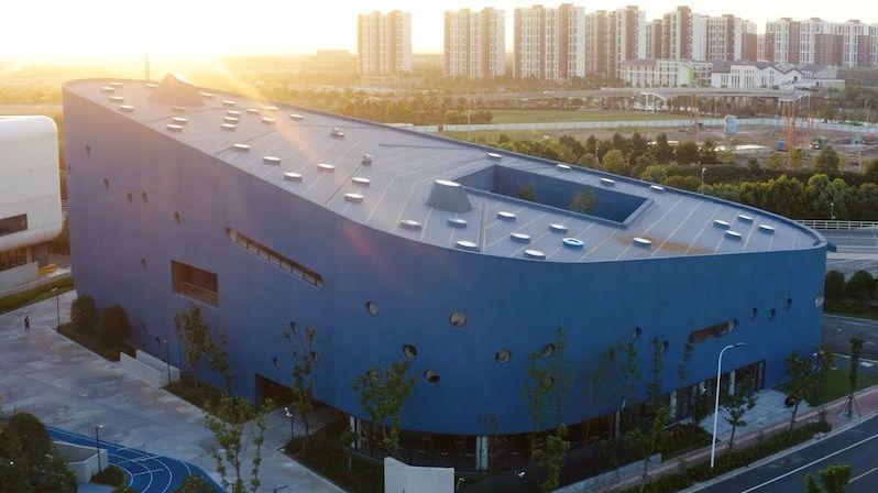 Budova s knihovnou a dvěma divadly připomíná příď zaoceánské lodi