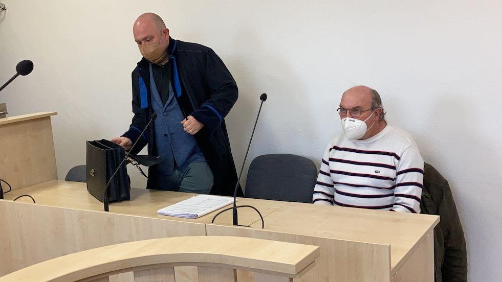 Miloslav Vodička (vpravo) se svým obhájcem Milanem Dočkalem ve strakonické soudní síni (29. dubna 2021)