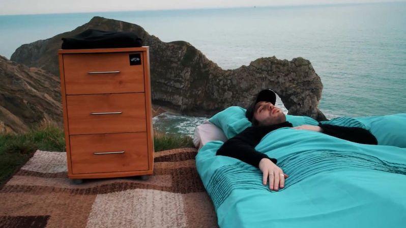 Chtěli vytvořit nejhorší ubytování na světě. Na kraj útesu dali koberec a matraci