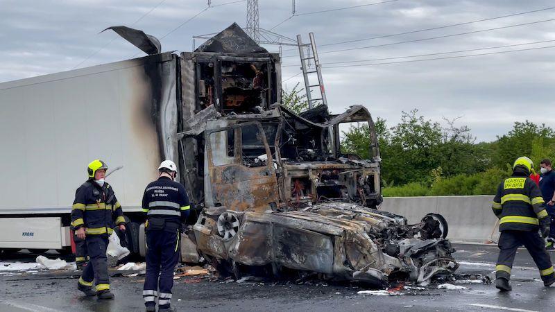 Hromadná nehoda na D11 u Prahy: Jeden mrtvý