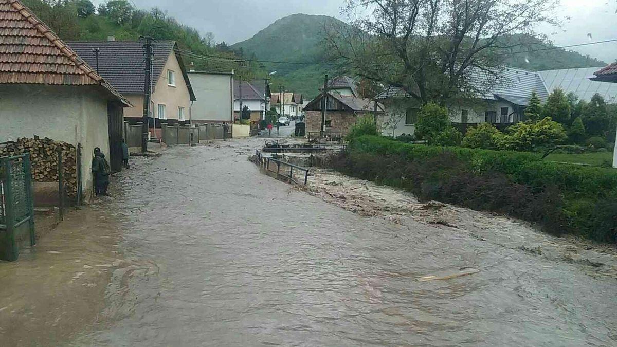 Povodňový stupeň je dál v Loučné v Dašicích na východě Čech