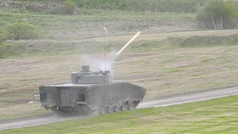Střelba i jízda těžkým terénem. Výrobci v Libavé předváděli své obrněnce za miliardy