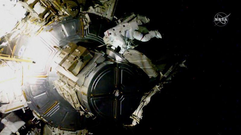 """Astronauti nainstalovali první z nových solárních panelů na ISS. Půjdou """"ven"""" ještě jednou"""