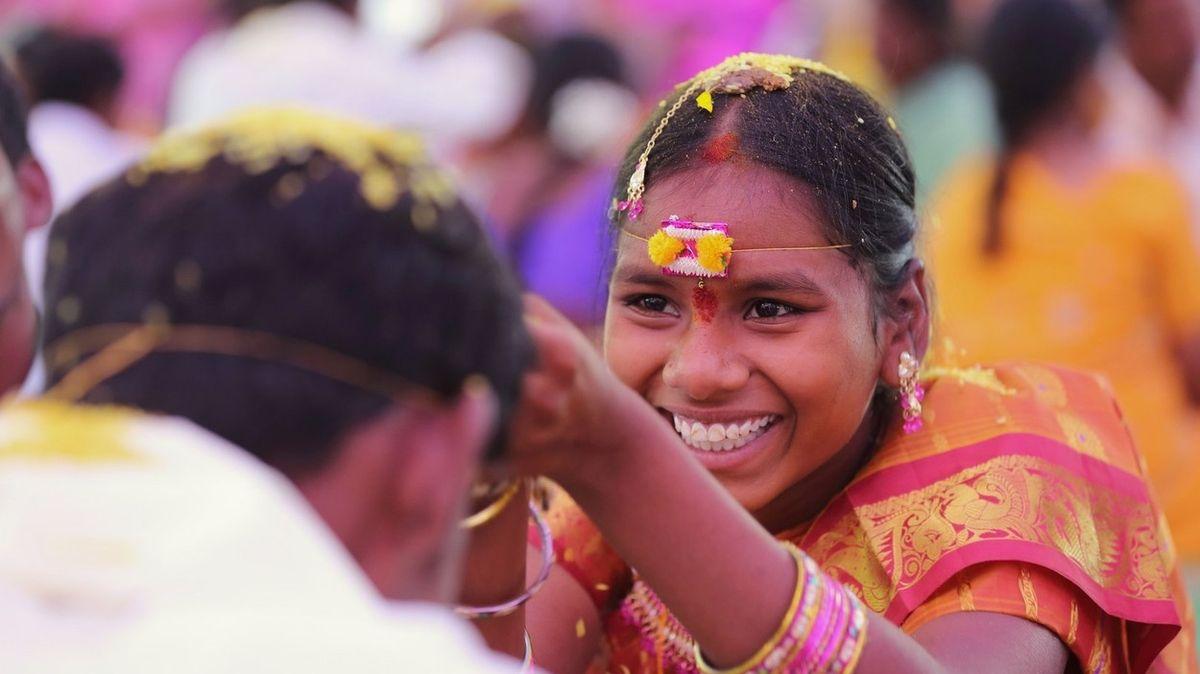 Nevěsta zemřela během svatby u oltáře, ženicha si rovnou vzala její sestra