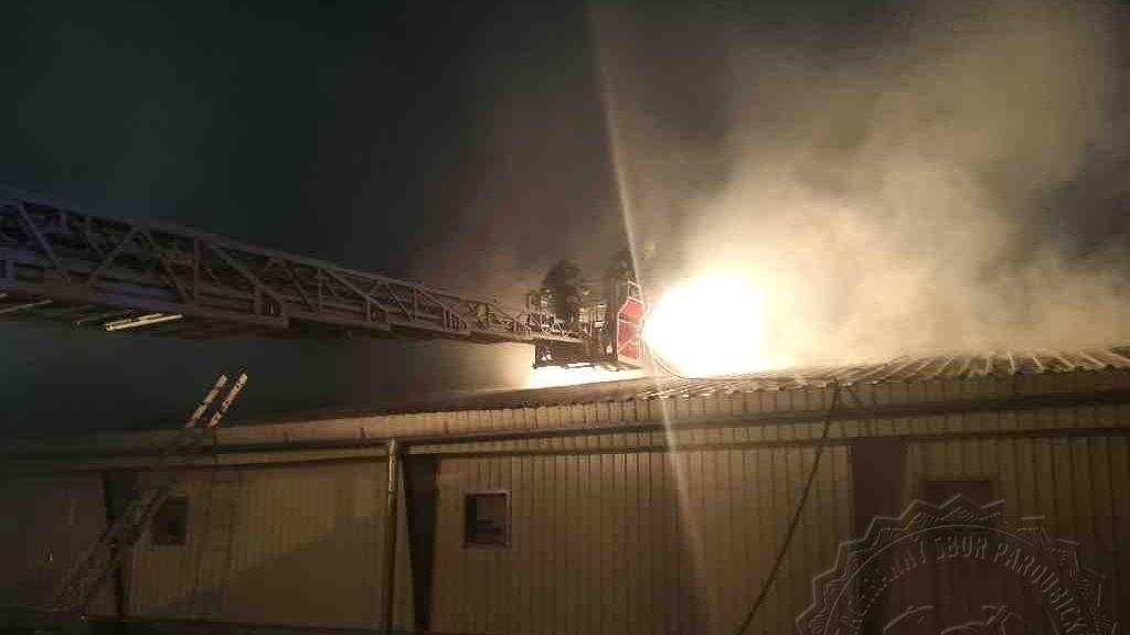 Požár haly s kuřaty na Pardubicku: propadl se strop, škoda 7,5 milionu