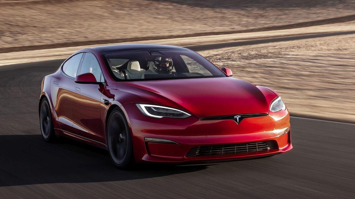 Nejrychlejší Tesla shořela tři dny po dodání, právník řidiče chce drastické opatření