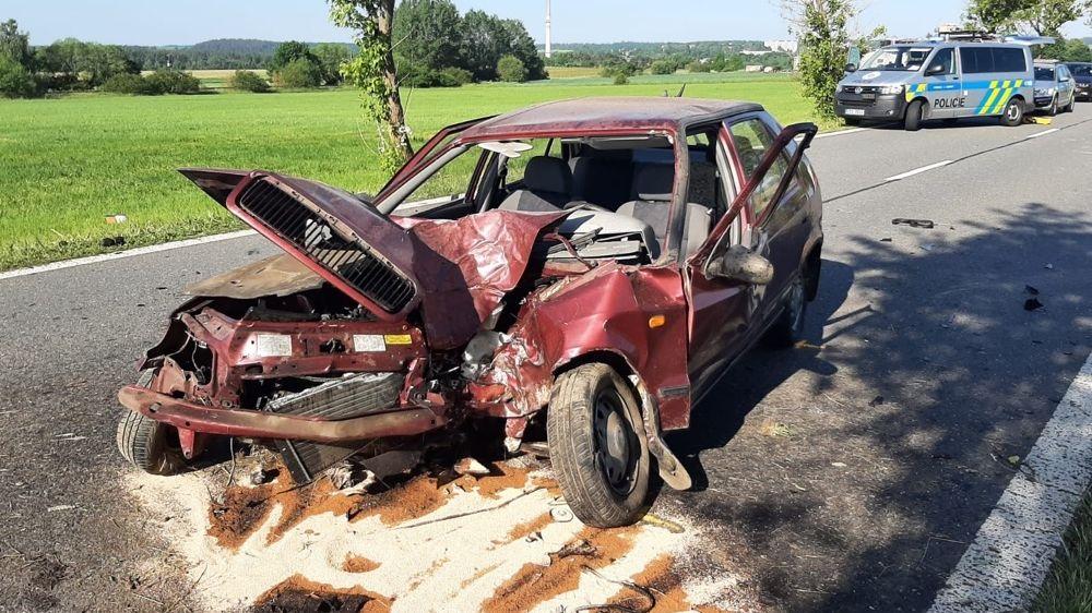 Seniorku na Písecku náraz do stromu katapultoval z auta. Na místě zemřela