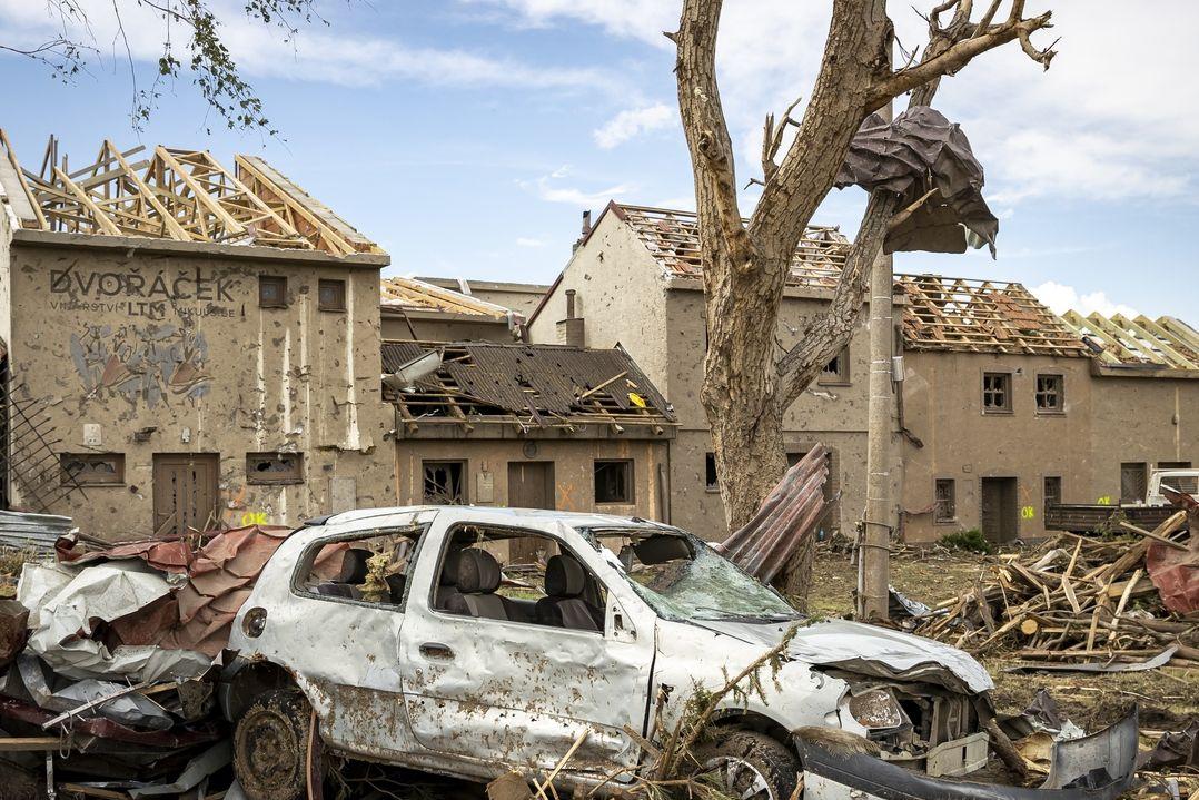 Lidé na jižní Moravě likvidovali 25. června 2021 škody, které způsobilo ničivé tornádo. Na snímku obec Mikulčice.