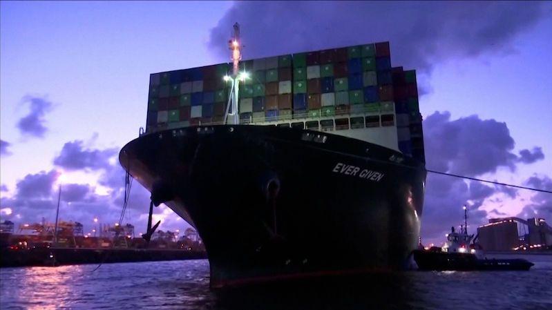 Loď, která blokovala Suezský průplav, dorazila po čtvrt roce do cíle