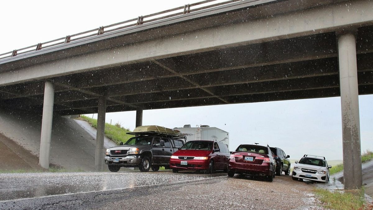 Stovky aut na italské dálnici zdevastovalo krupobití