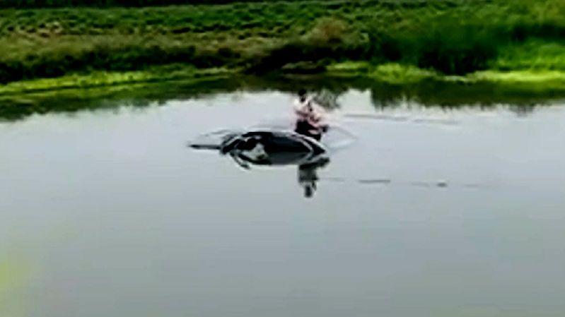 Skončil s autem v rybníku, ze střechy začal rybařit