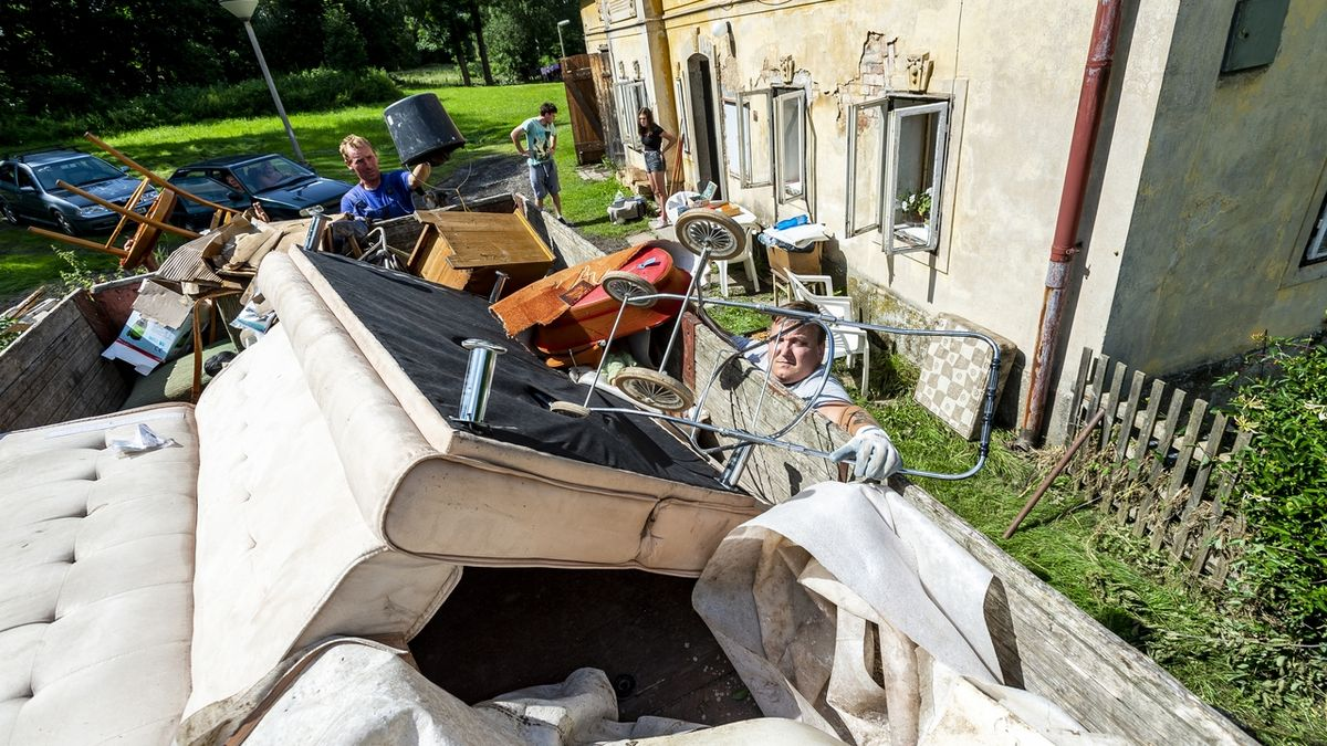 Lidé, které na severu postihly bleskové povodně, mohou žádat o mimořádnou dávku