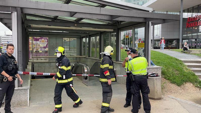 Muž se v metru pohádal s výpravčí, rozsypal kolem sebe bílý prášek a zmizel