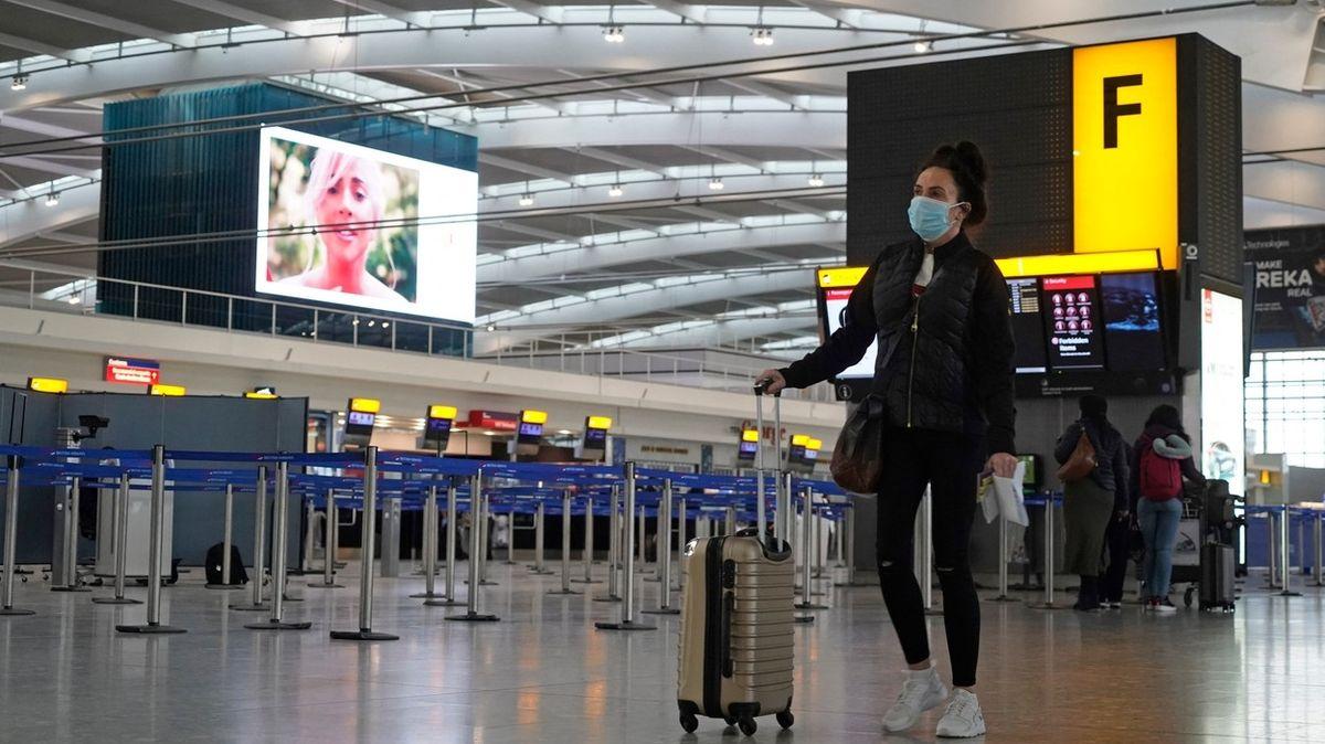 Plně naočkovaní cestovatelé z EU nemusí v Británii do karantény