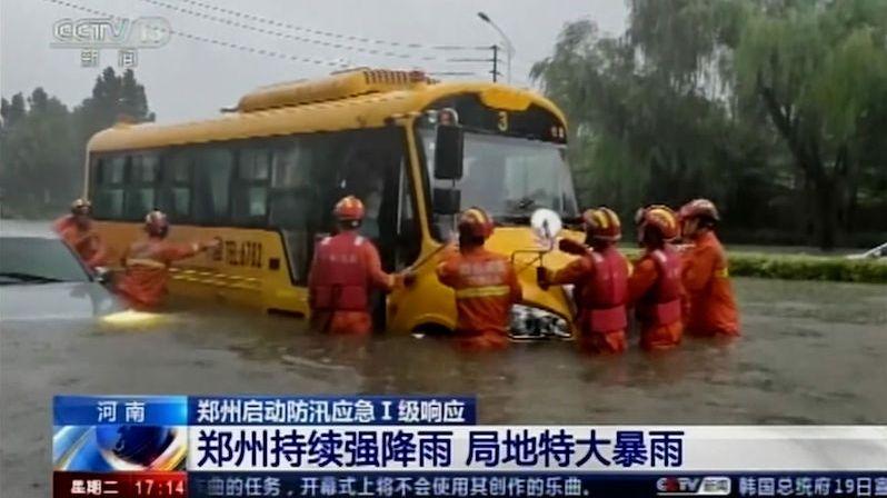 Centrální Čínu trápí záplavy, panují obavy z protržení přehrady