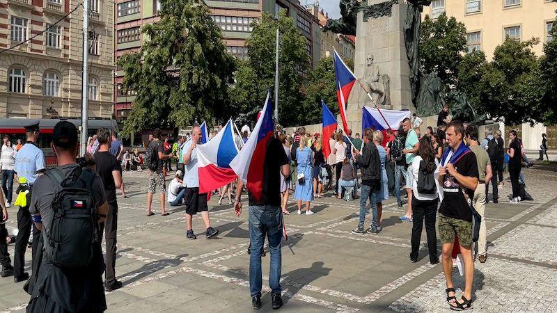Odpůrci vakcinace dětí proti koronaviru demonstrovali v Praze