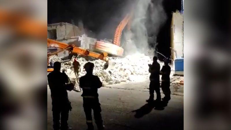Při demolici v Hruškách se bagr propadl do sklepa