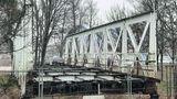 Památný hradecký most bez užitku rezne. Sešrotovat, žádá kraj