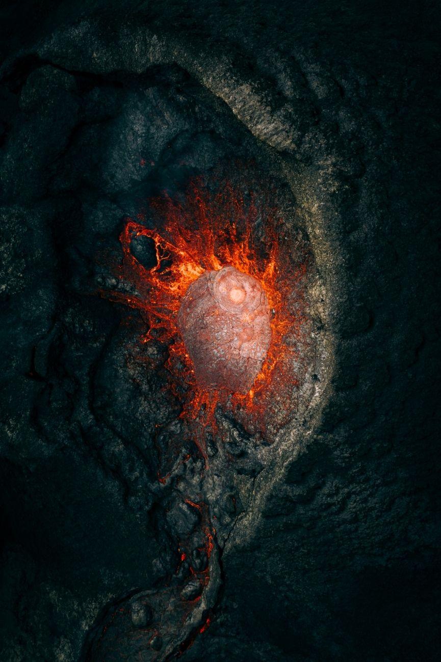 Extragalaktický (Island) - Vítěz kategorie Příroda. Intenzivní a monumentální okamžiky během erupce vulkánu. To vše exkluzivním pohledem dovnitř.