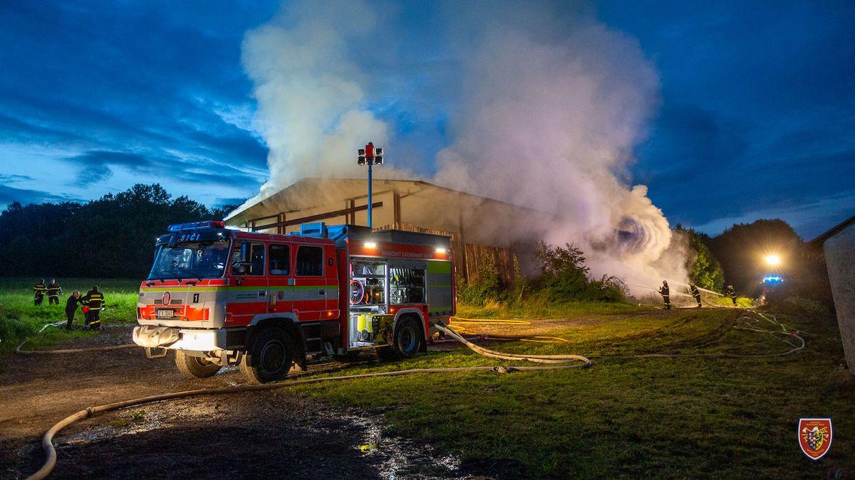Plameny zničily seník na Frýdecko-Místecku, škoda je dva miliony