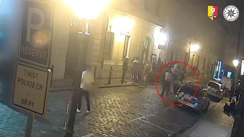 Opilý mladík pálil z plynové pistole ve známé pražské policejní ulici