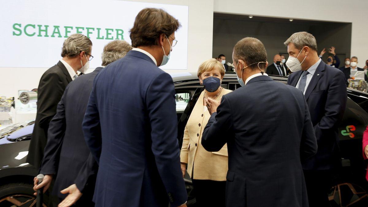 Mnichovský autosalon je podle Merkelové ukázkou propojení ekologie a automobilového průmyslu