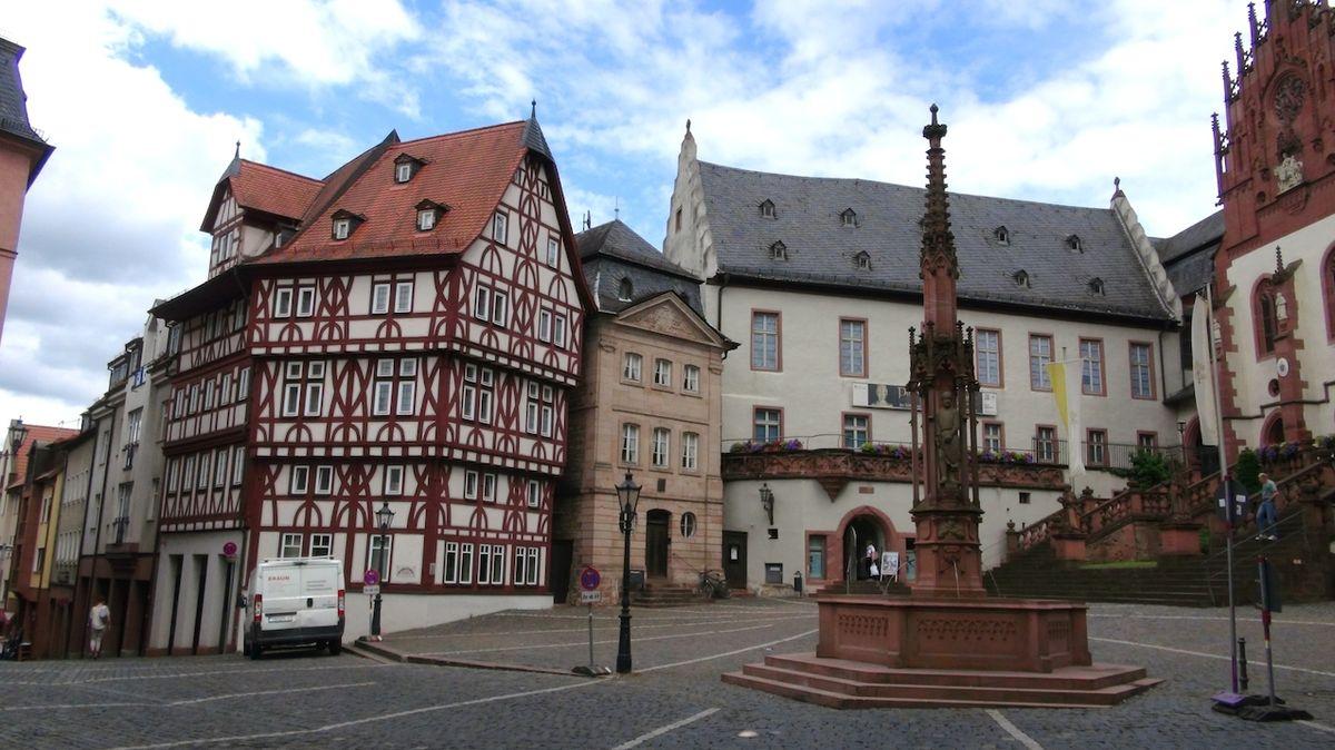 Aschaffenburgu vévodí červený zámek. I když město zažilo několik válek, působí jak ze starých časů