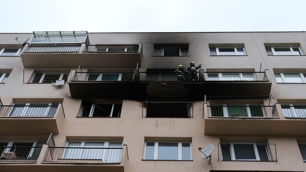 Ve Frýdku-Místku hořel byt. Lidé čekali na záchranu na parapetech