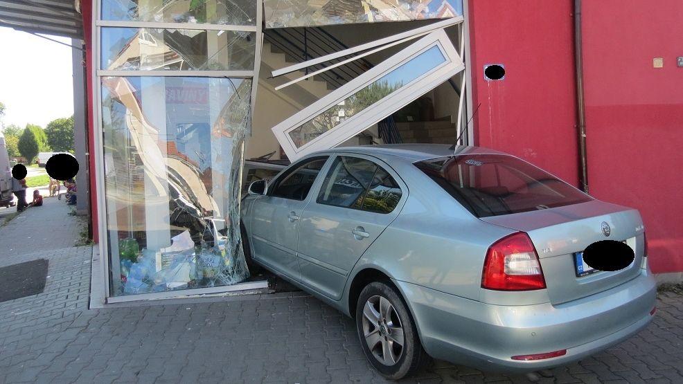 Auto v Ostravě vjelo do prodejny potravin