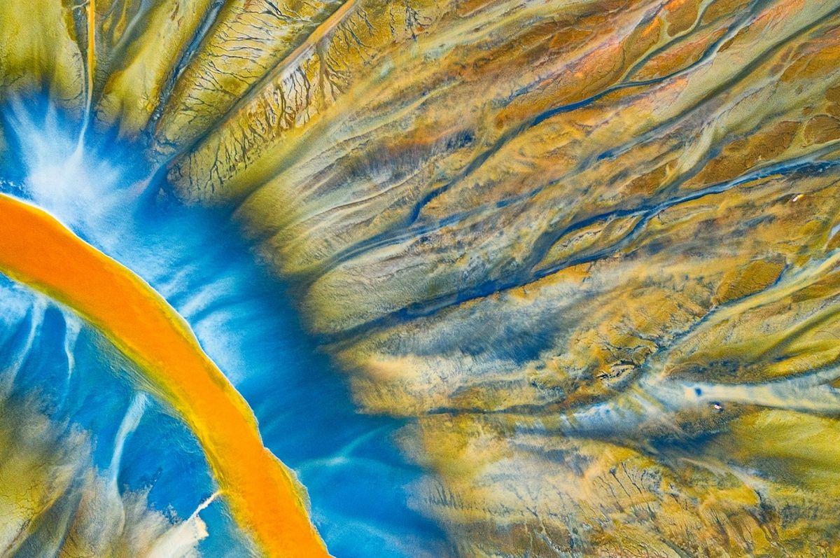 """Otrávená řeka (Geamana, Rumunsko) - Vítěz kategorie Abstrakt. Projekt """"Jedovatá krása"""" vypráví přírodní katastrofu pohoří Apuseni. Barevný kontrast vznikl kombinací přírody a chemického odpadu ze zlatých a měděných dolů."""