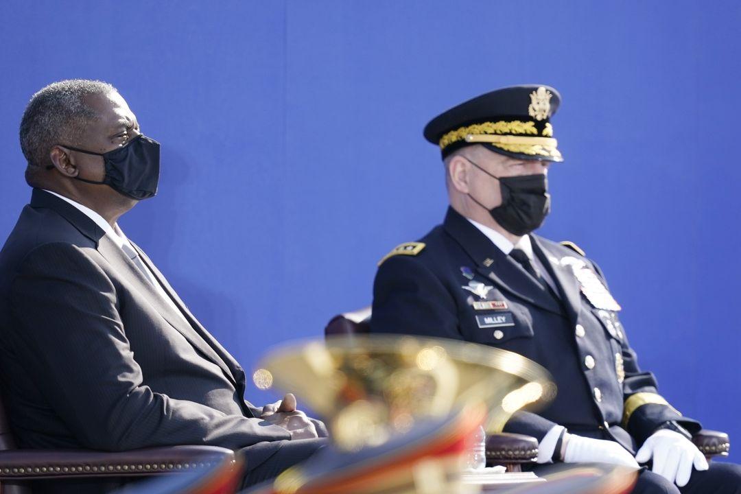 Americký ministr obrany Lloyd Austin (vlevo)a předseda sboru náčelníků spojených štábů Mark Milley