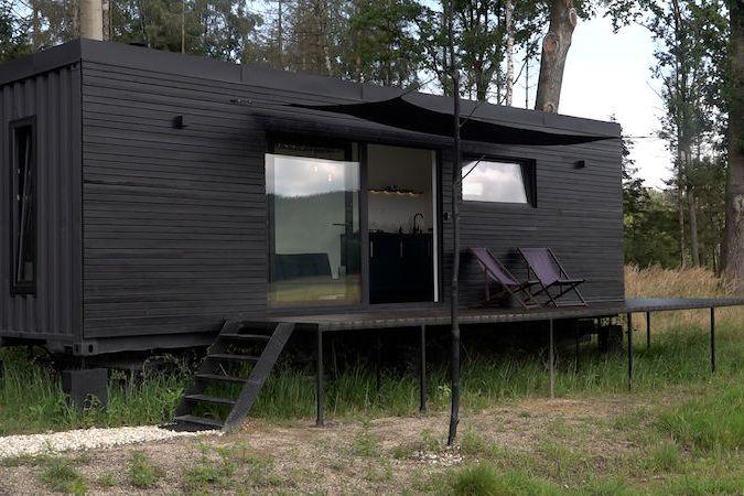 Mladý pár si během pandemie postavil domek z lodního kontejneru, je zcela soběstačný