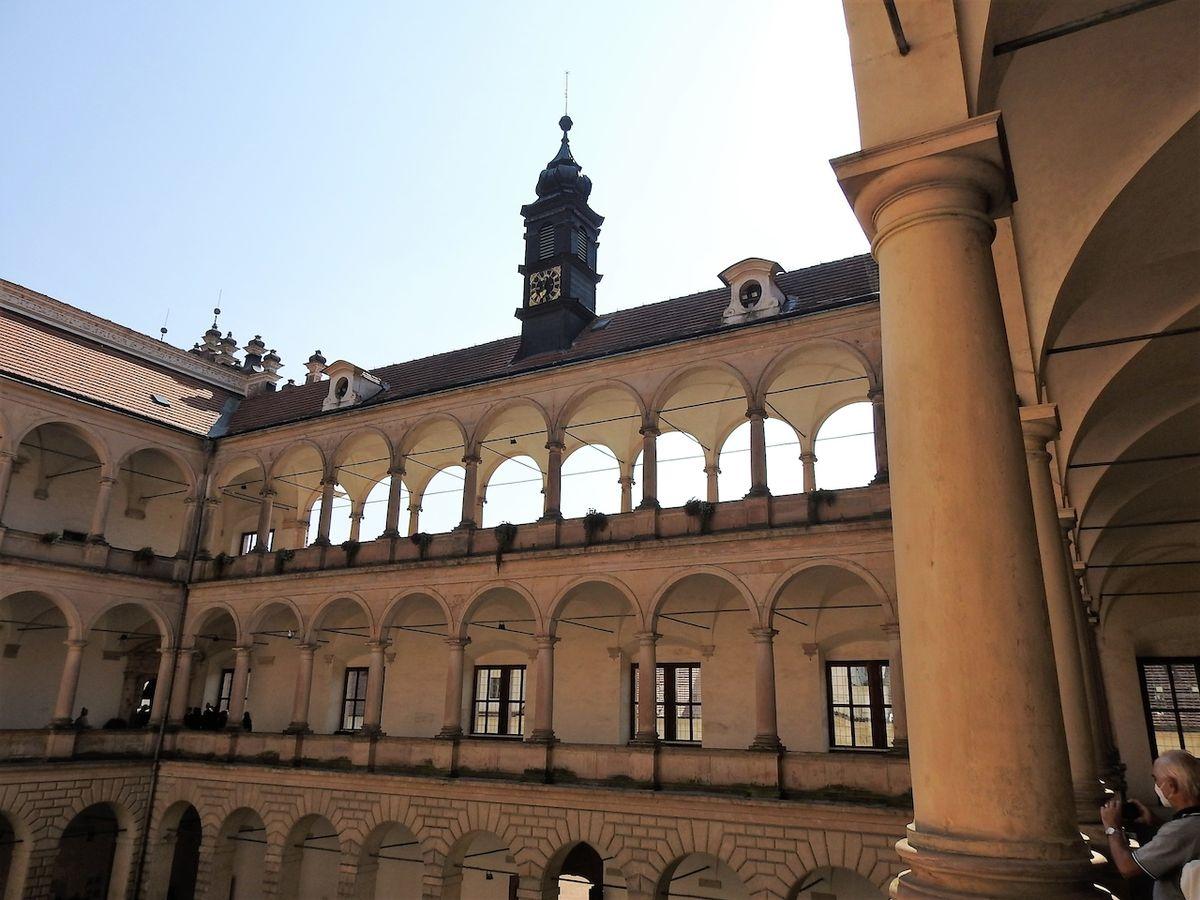 Vzdušné arkády na nádvoří, pod nimi zní při Smetanových slavnostech skladatelova hudba.